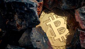 Bitcoin-Münze unter Kohle