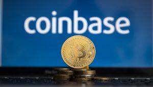 Bitcoin-Münze, im Hintergrund das Coinbase-Logo