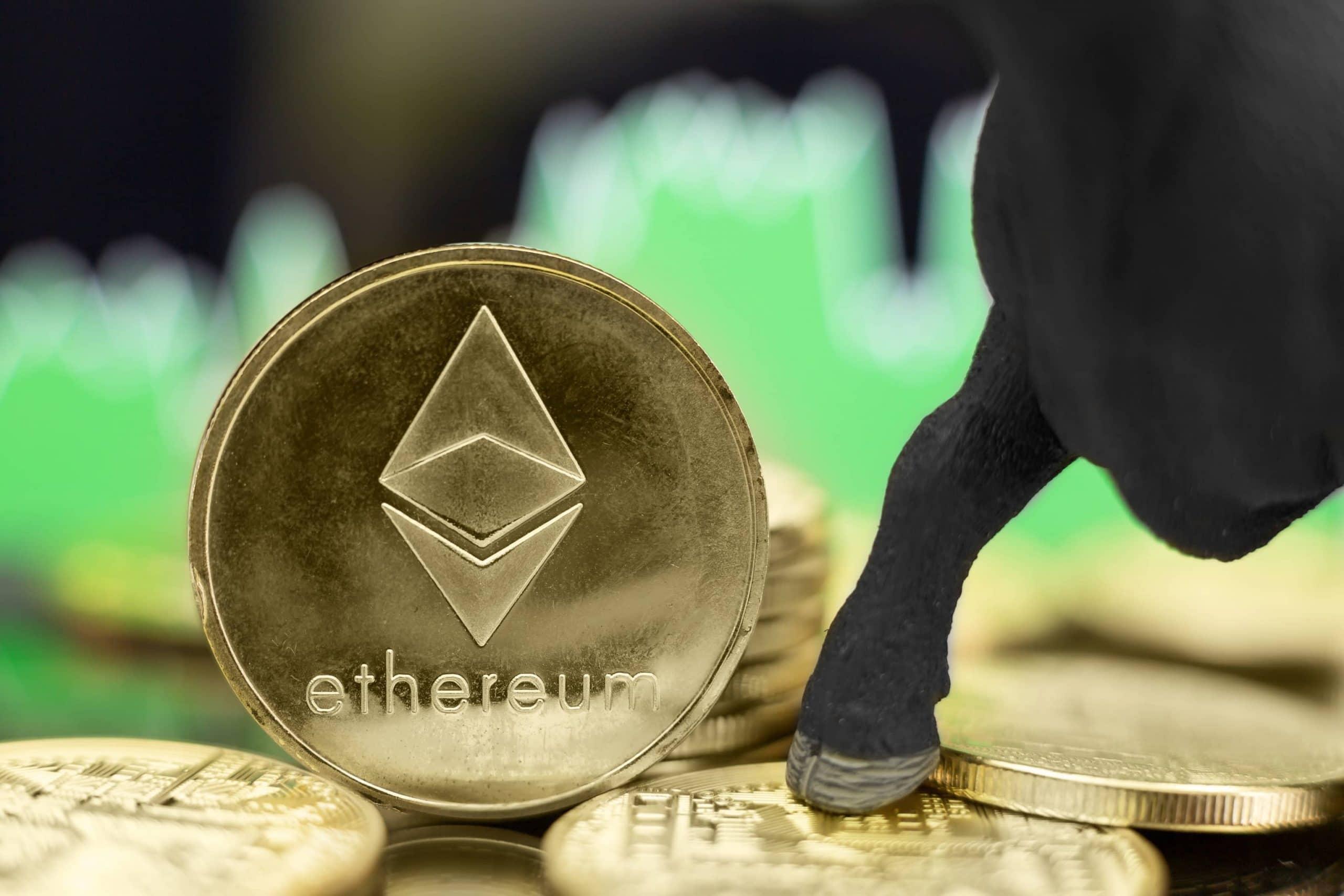 Ethereum-Münzen, darauf die hufe eines Modell-Bullen