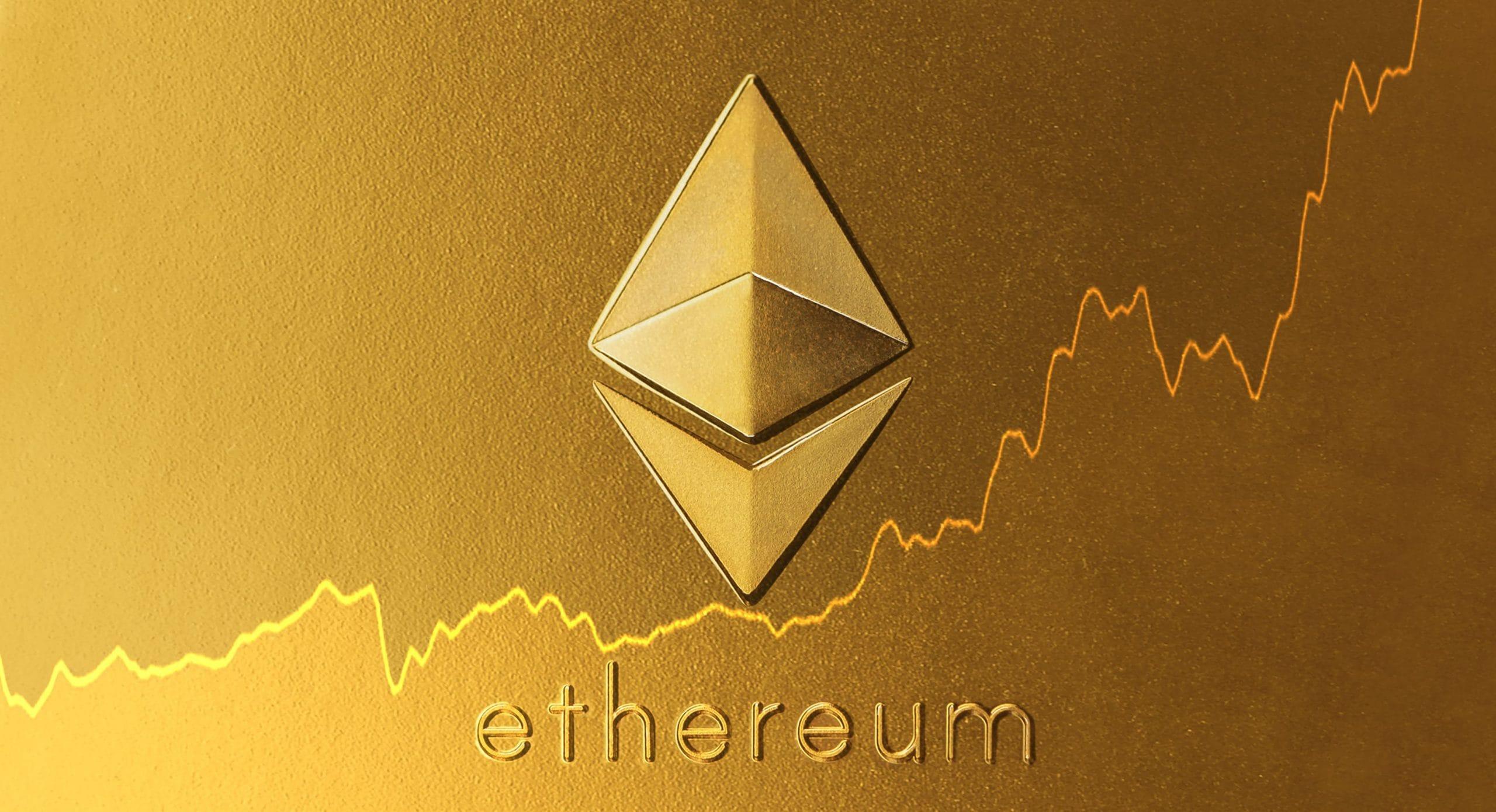 Ethereum-Logo und Kurschart auf goldenem Untergrund