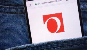 Ein Smartphone zeigt das Overstock-Logo