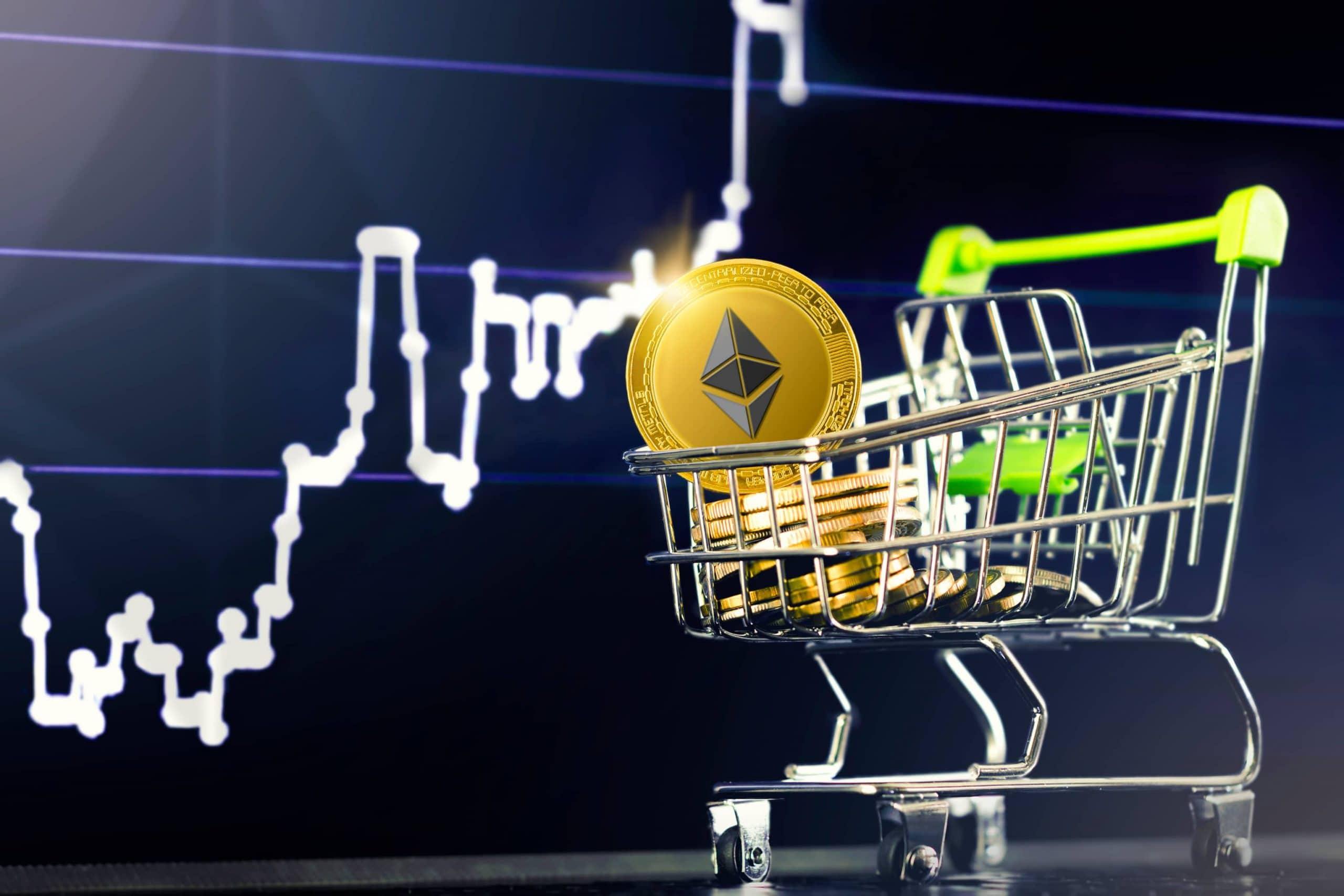 Ethereum--Münze im Einkaufswagen, im Hintergrund ein steigender Kurs