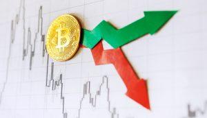Bitcoin-Münze auf einem Chart, daneben ein grüner und ein roter Pfeil. Steigt oder fällt BTC?
