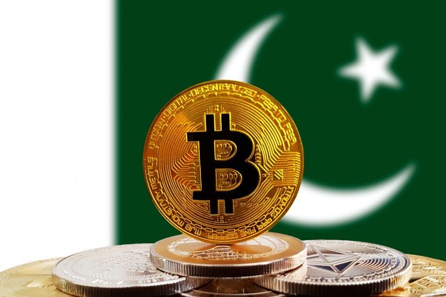 Bitcoin-Münze vor Pakistan-Münze.
