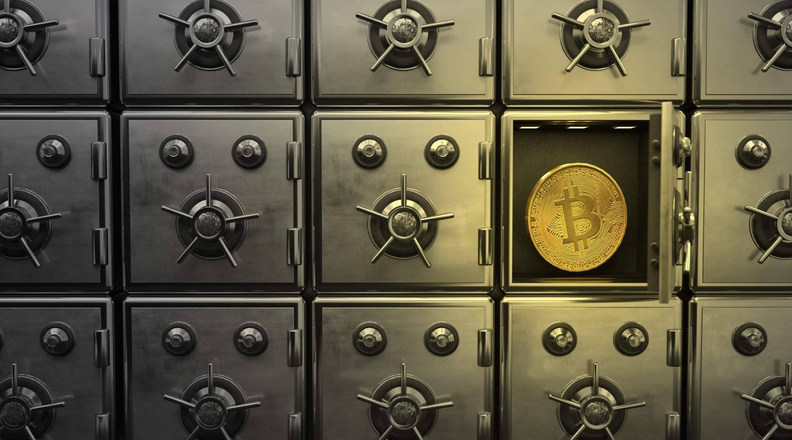Ein offenes Schließfach mit einer Bitcoin-Münze