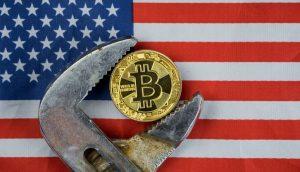 Bitcoin-Münze im Griff einer Rohrzange