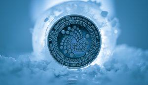 Von Eis umschlossene IOTA-Münze