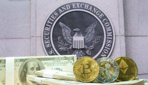 Dollar-Noten, Bitcoin-, Ripple- und Ethereum-Coin vor dem Logo der SEC