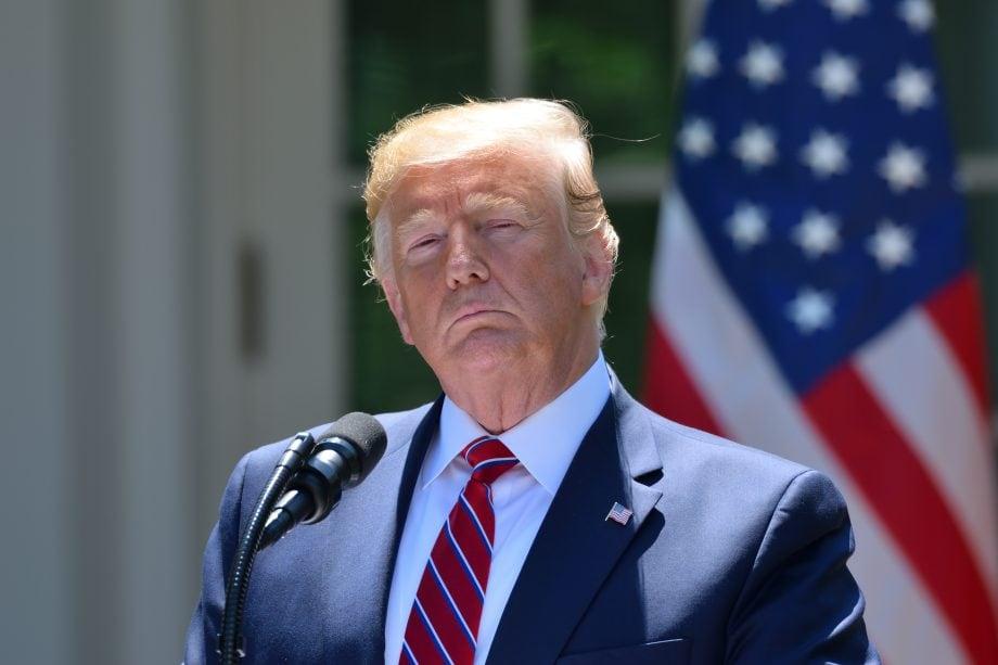 Donald Trump steht vor einem Rednerpult. Dahinter ist die US-Flagge zu sehen.