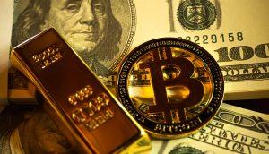 Ein Goldbarren und eine Bitcoin-Münze liegen auf mehreren 100-Dollar-Scheinen.