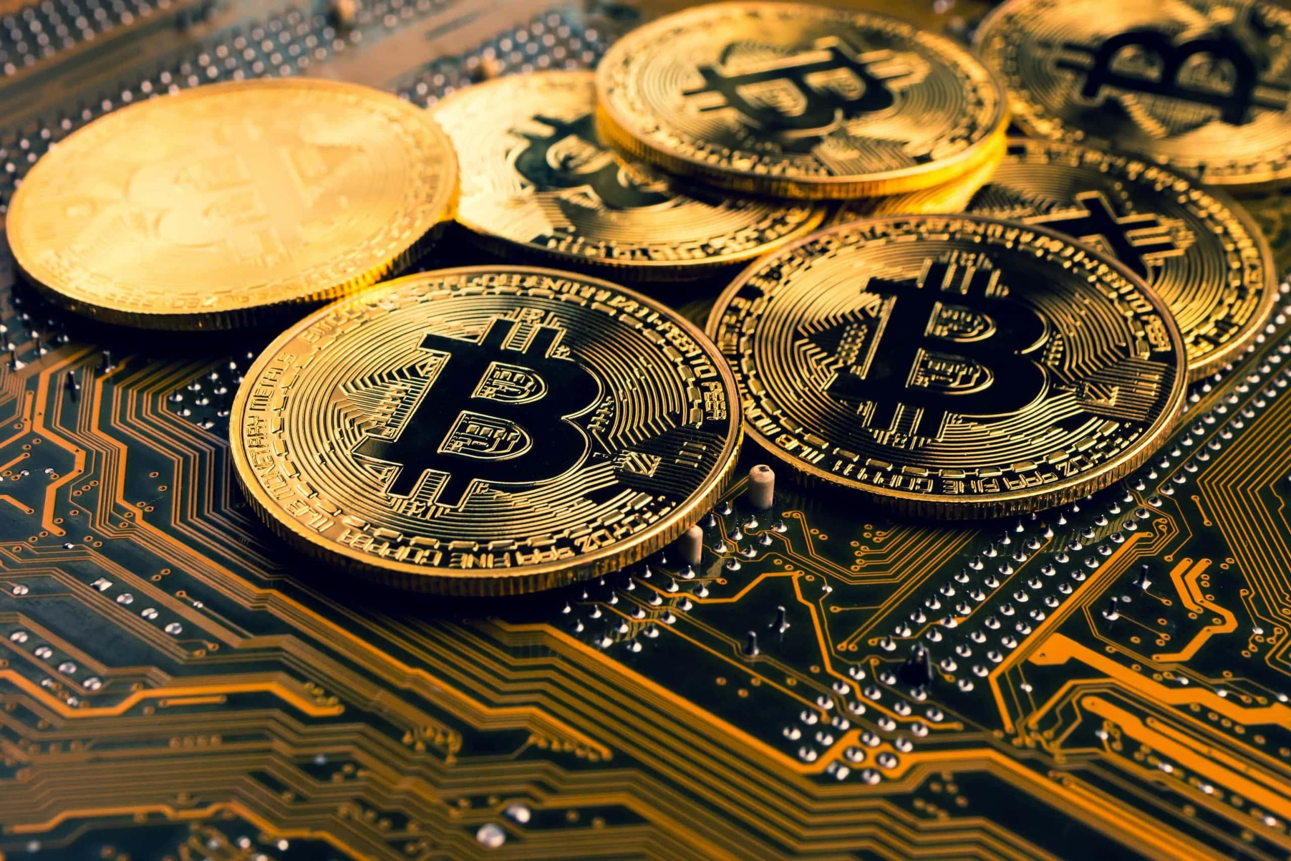 Bitcoin-Münzen vor Platine.