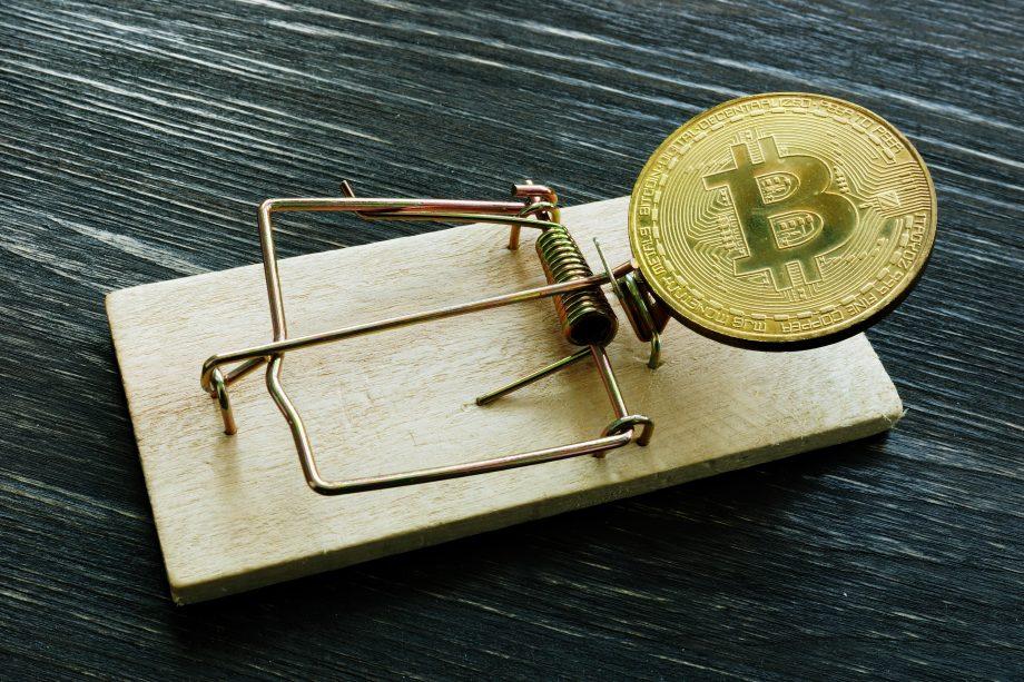 Bitcoin-Münze als Köder in einer Mausefalle.