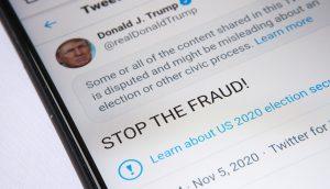 Ein Smartphone-Bildschirm, das den Twitter-Feed von Donald Trump zeigt.