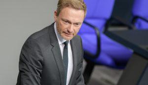 FDP-Chef Christian Lindner an einem Rednerpult im Bundestag.