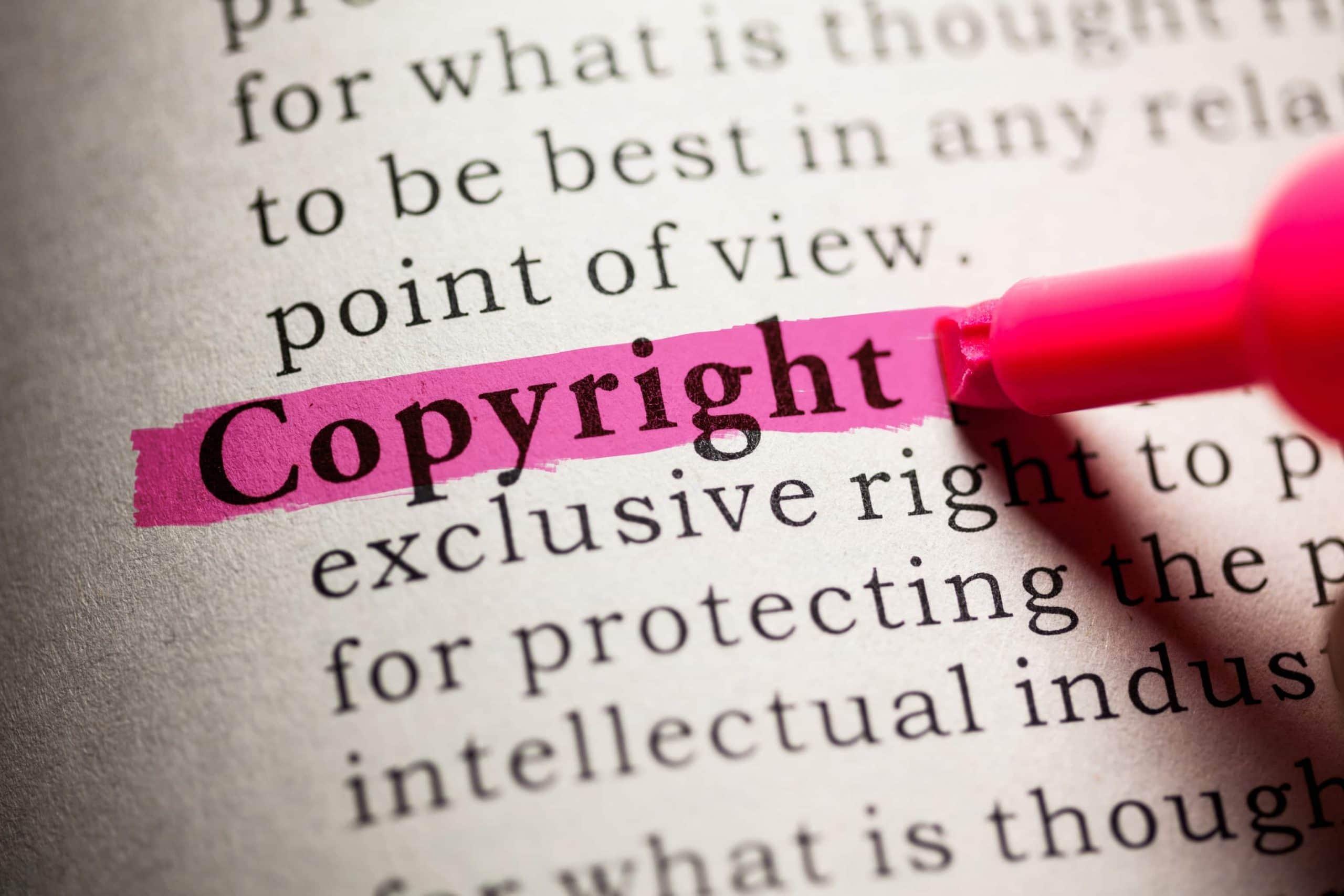Copyright, markiert mit pinkem Textmarker