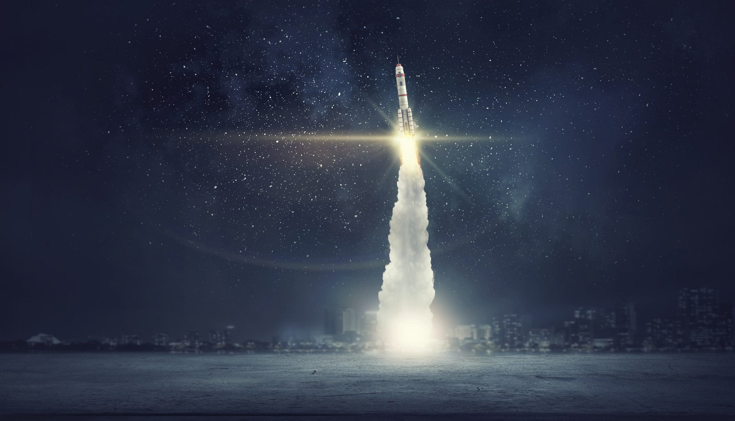 Rakete fliegt in die Stratosphäre und zieht lange, dicke Rauchschwaden hinter sich her.