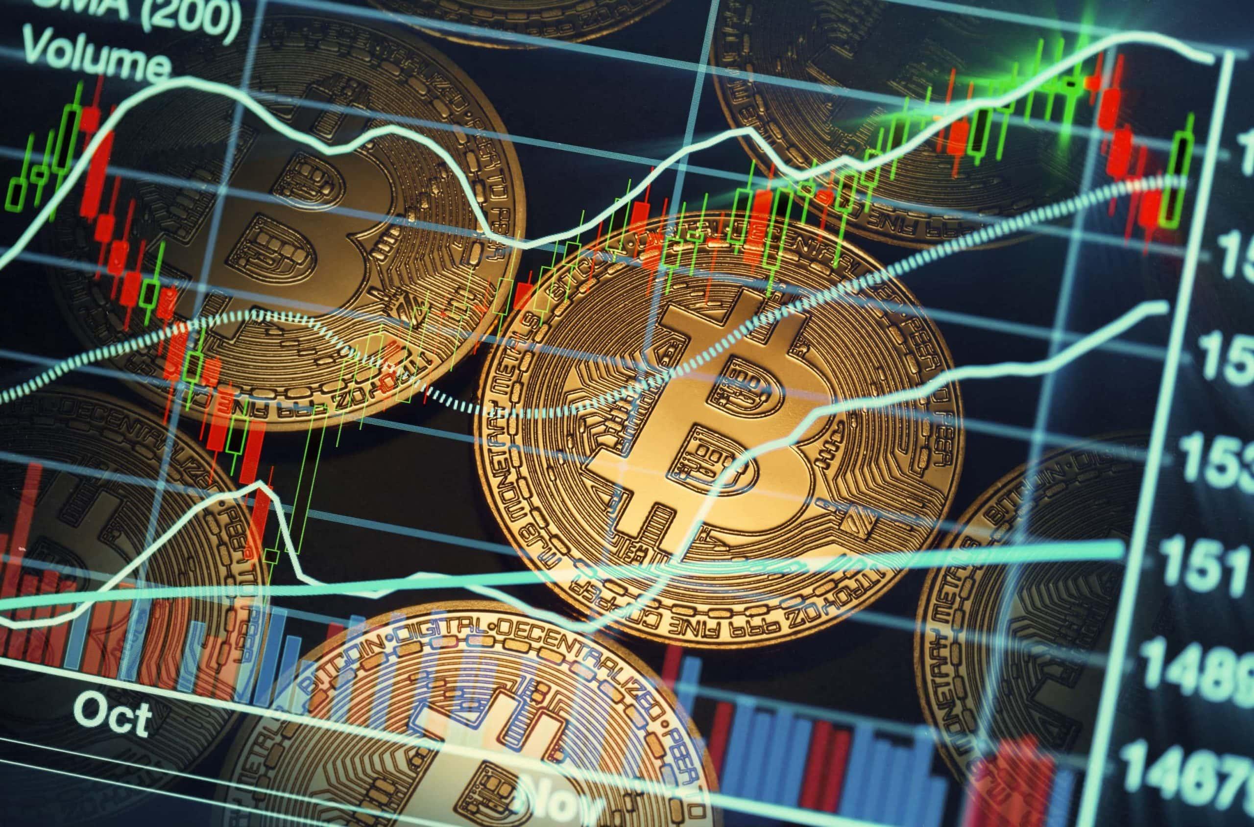 Grafik mit Bitcoin-Münzen und Börsen-Chars