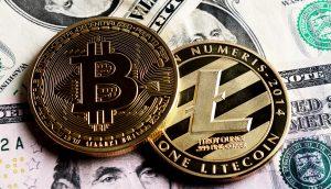 Bitcoin und Litecoin liegen auf mehreren US-Dollarscheinen.
