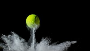 Tennisball prall auf dem Boden auf