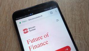 Smartphone mit Bitcoin Suisse Logo