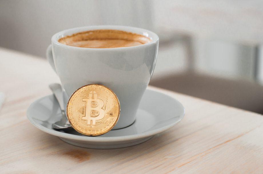 Capuccino und Bitcoin-Münze