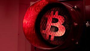 Bitcoin-Symbol auf einer roten Ampel