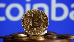 Coinbase-Logo hinter Bitcoin-Münze