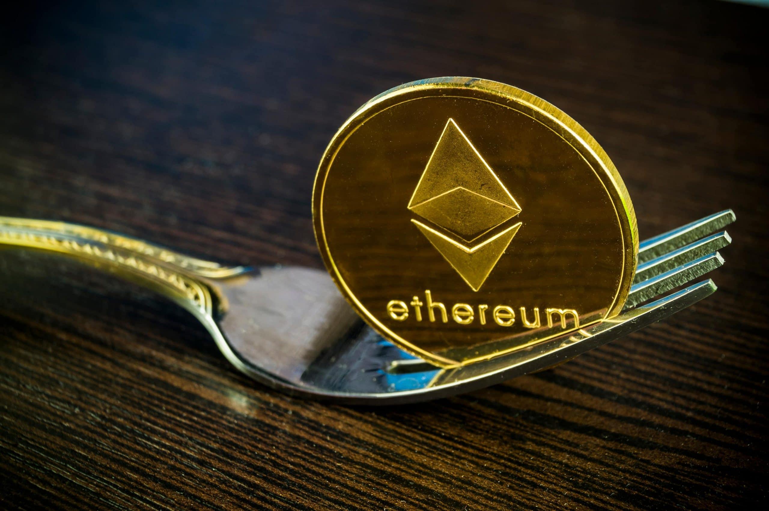 Ethereum-Münze unter einer Gabel