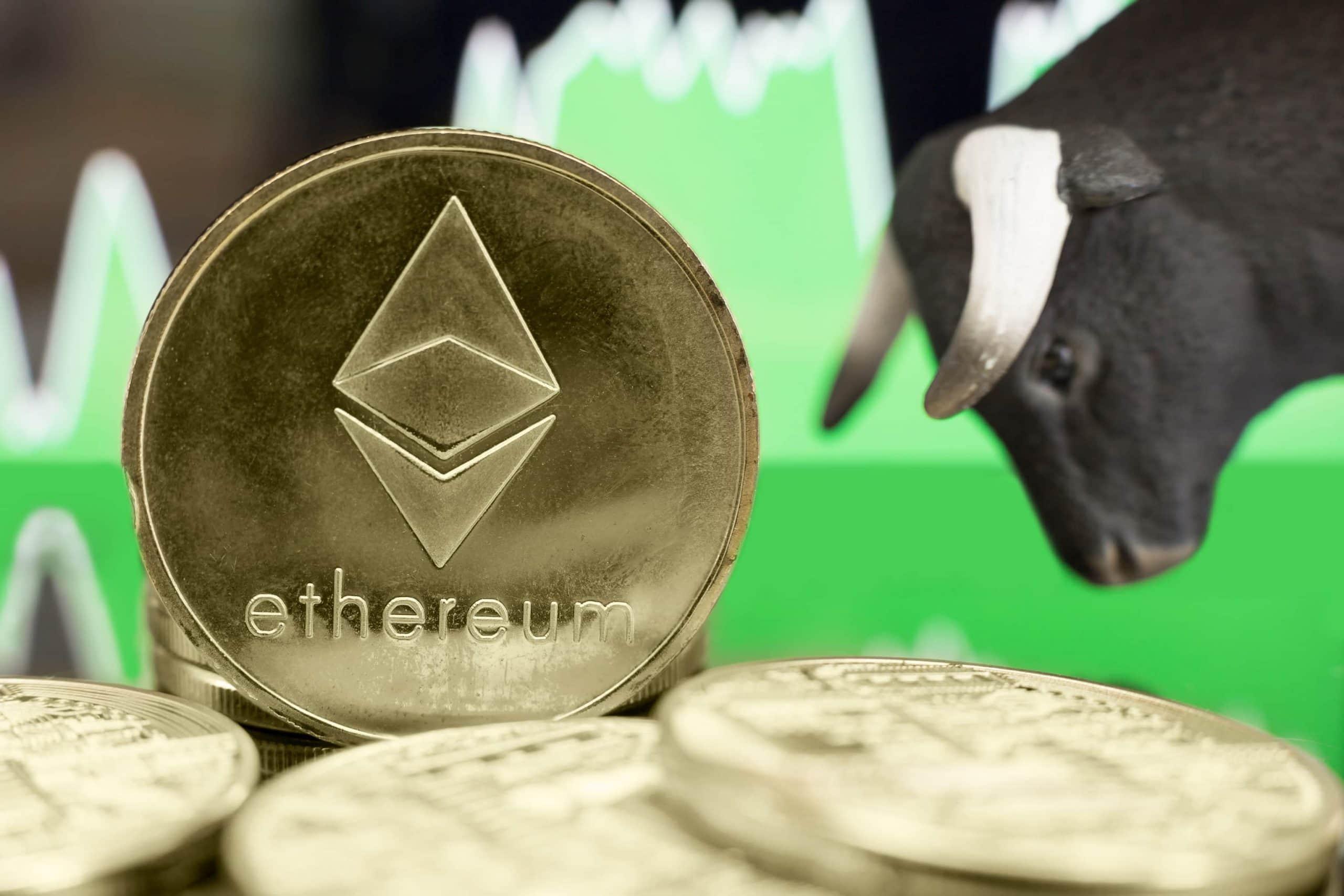 Ethereum-Münze neben einem Bullen vor einem Chart