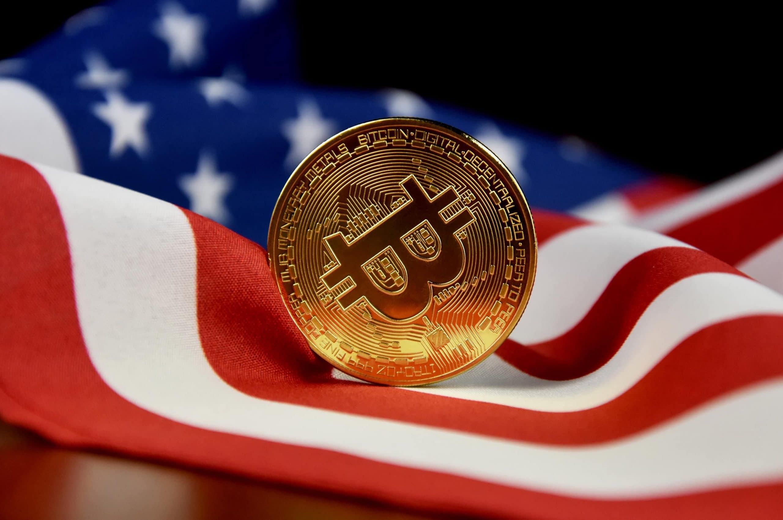 Bitcoin-Münze auf USA-Flagge