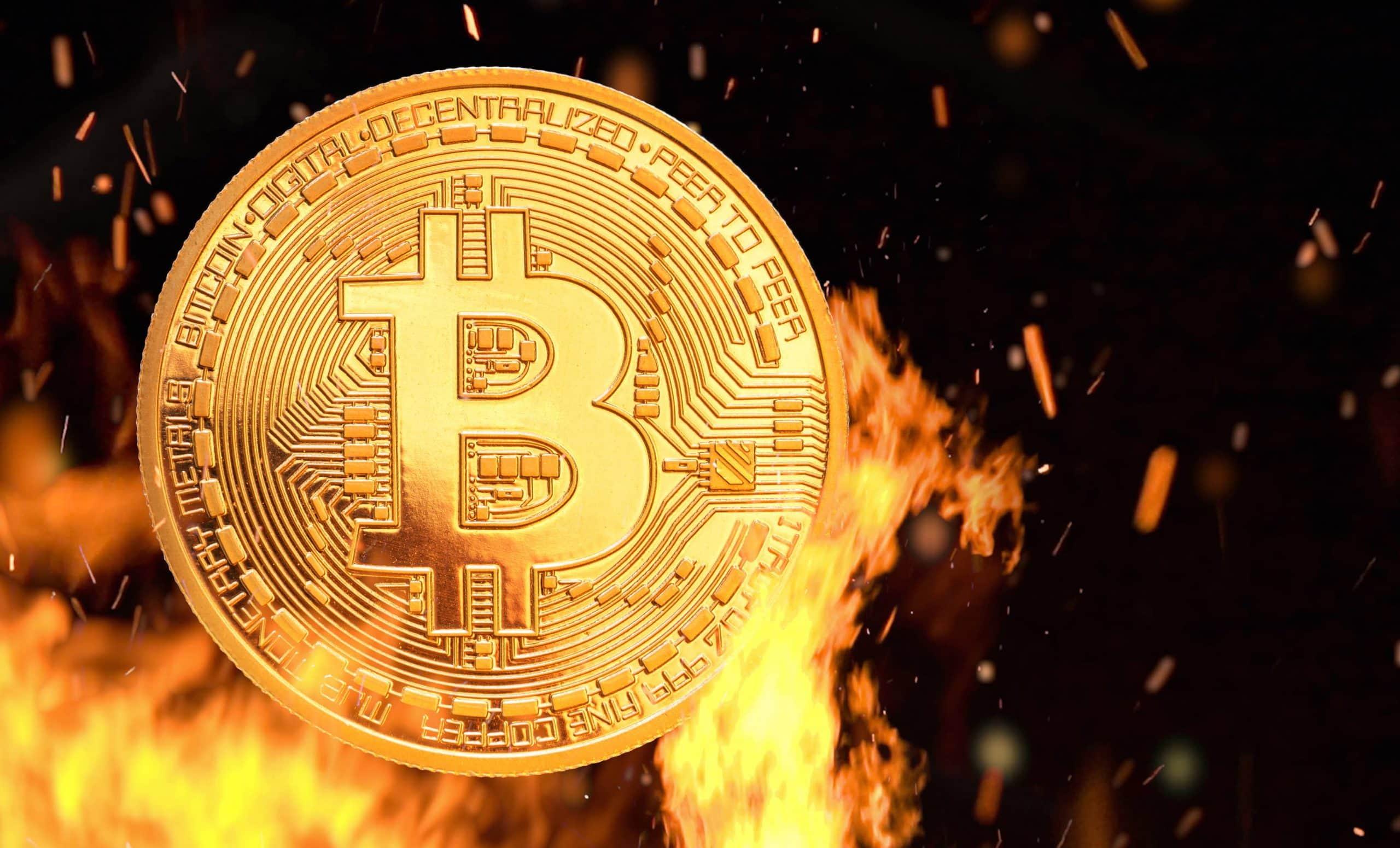Bitcoin Münze steht in SgFlammen