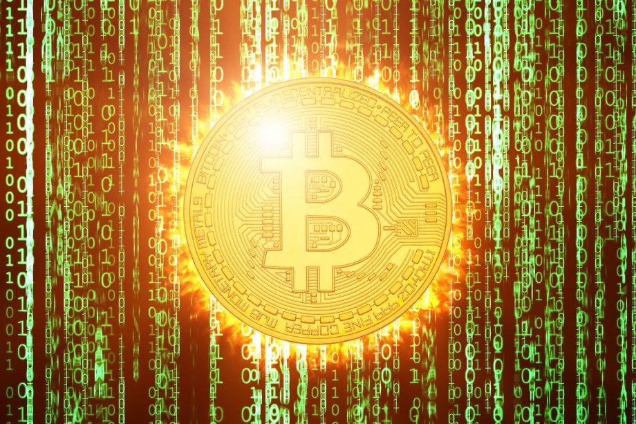 Bitcoin Münze mit grünem Code im Hintergrund
