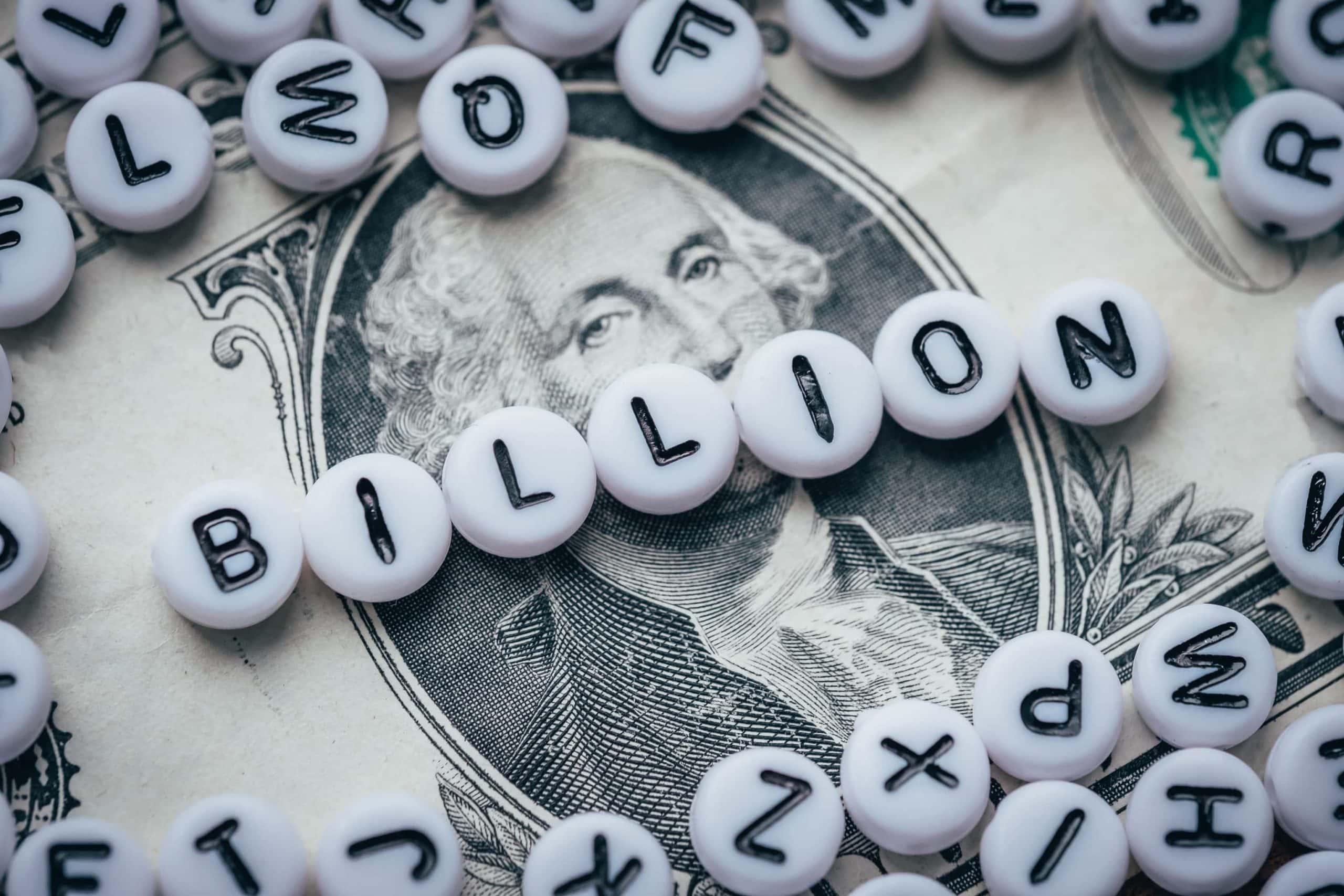 Auf einer Dollar-Note steht das Wort Milliarde