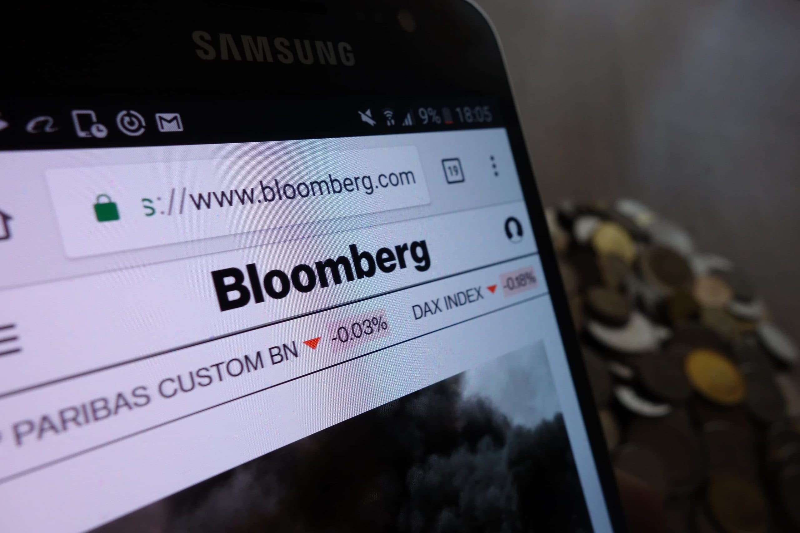 Auf einem Bildschirm ist die Homepage von Bloomberg zu sehen.