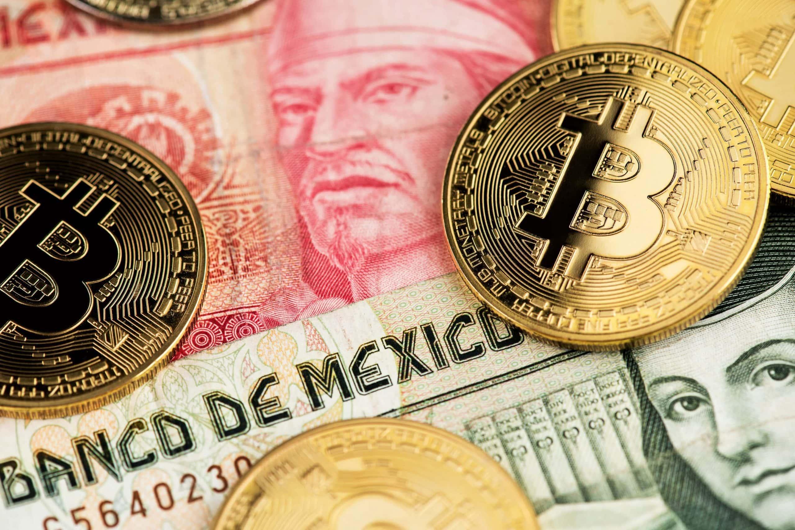 Bitcoin-Münzen liegen auf mehreren mexikanischen Peso-Noten.