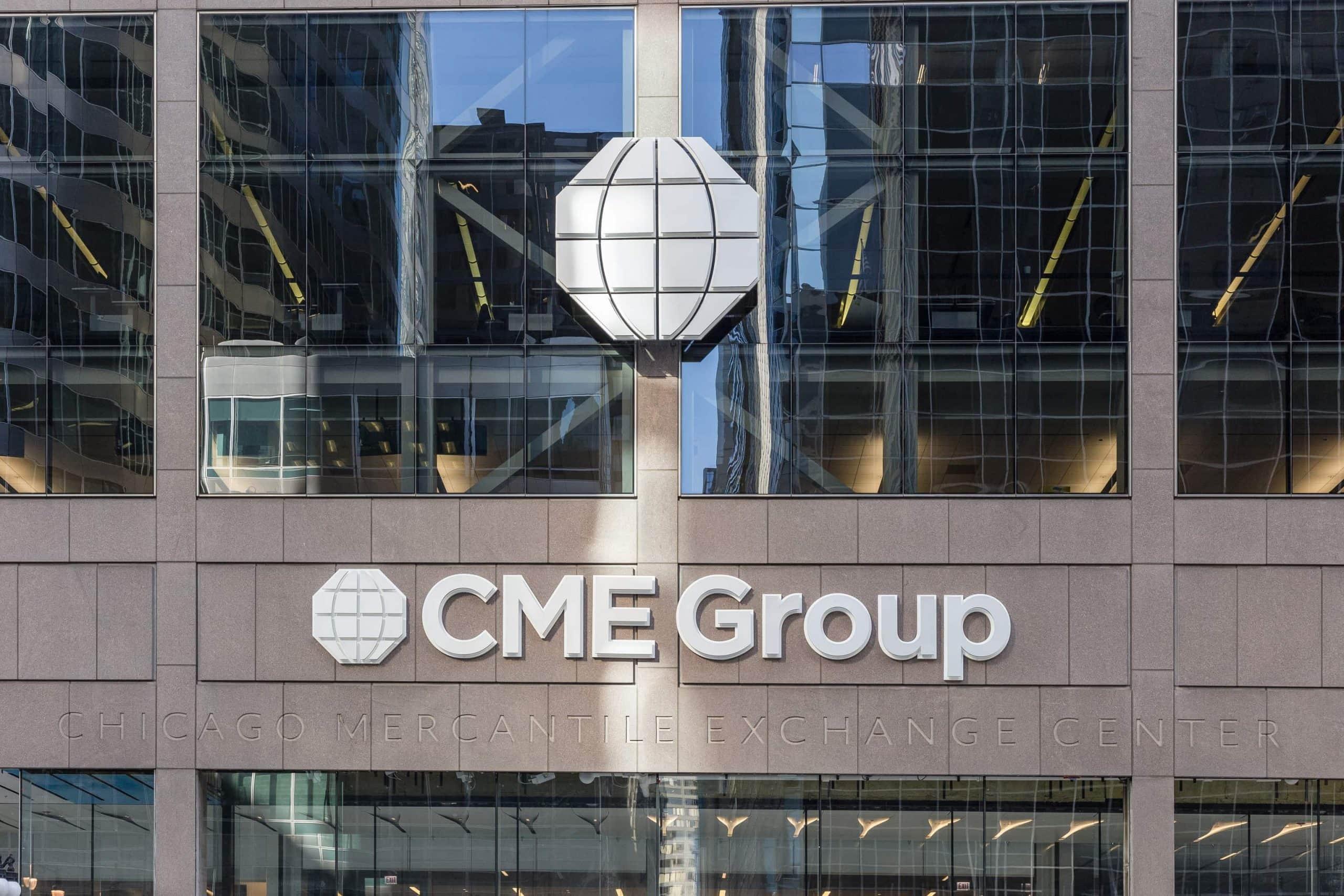Das CME-Group-Logo auf einer gläsernen Fassade.