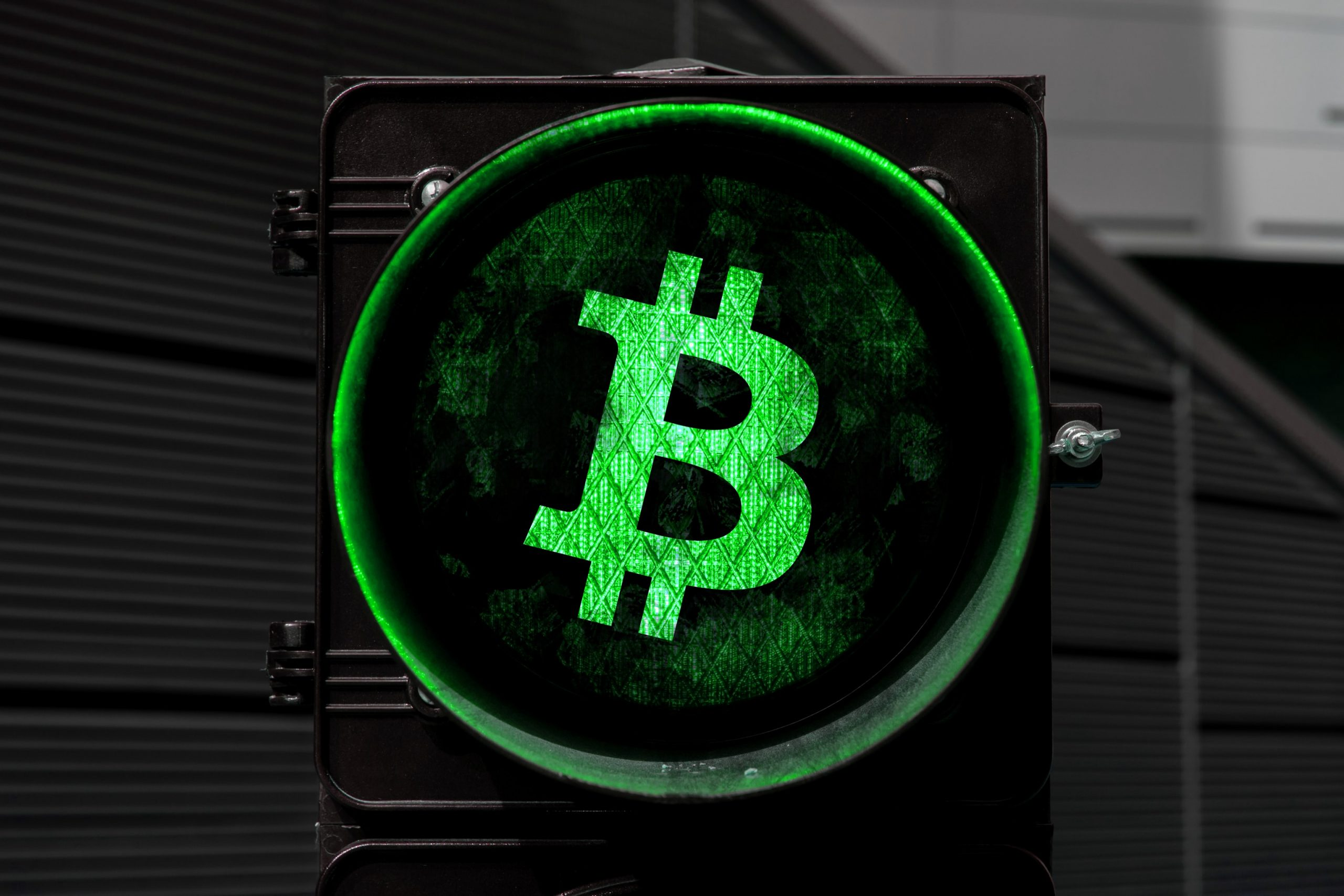 Grüne Ampel, die das Bitcoin-Logo zeigt