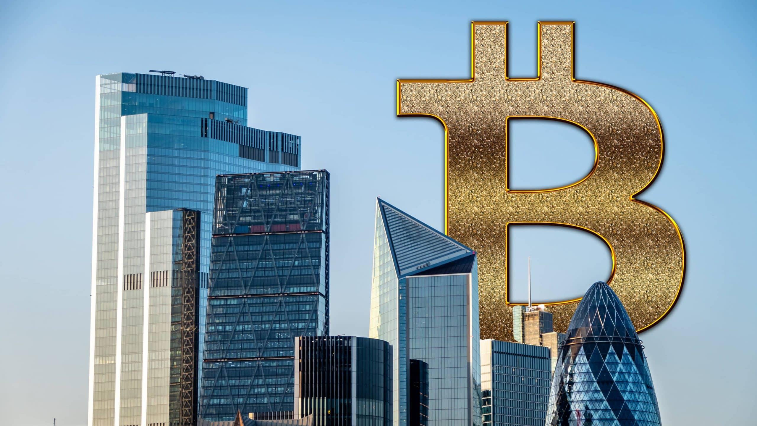 Bitcoin-Logo hinter diversen Wolkenkratzern