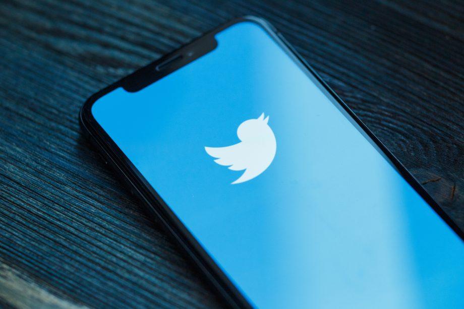 Ein Twitter-Logo auf einem Holztisch.
