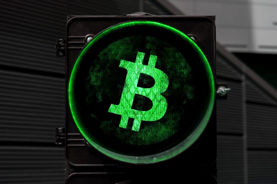 Bitcoin Symbol als grüne Ampel