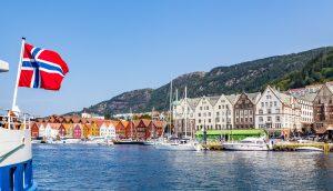 Norwegische Flagge weht über dem Wasser.