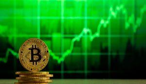 Bitcoin-Münze vor einem grünem Chart