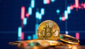 Bitcoin-Münze liegt vor einem Chart