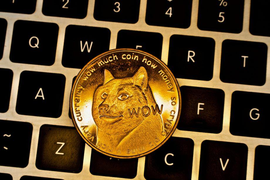 Dogecoin-Münze auf Tastatur
