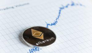Ethereum-Münze liegt auf einem Chart