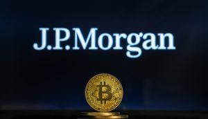 JPMorgan-Logo mit Bitcoin-Münze