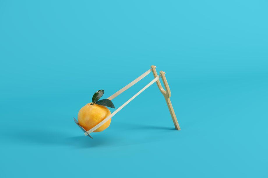 Eine Orange ist reif für den Abschuss.