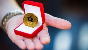 Bitcoin-Münze, präsentiert in in einer Ring-Schachtel