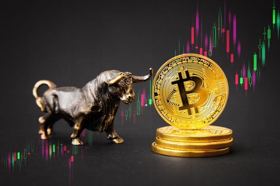 Illustration mit Stierfigur, Bitcoin-Münzen und Kurschart