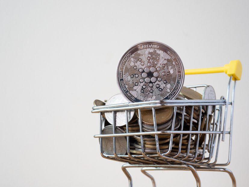 Cardano Coin in Miniatur-Einkaufswagen